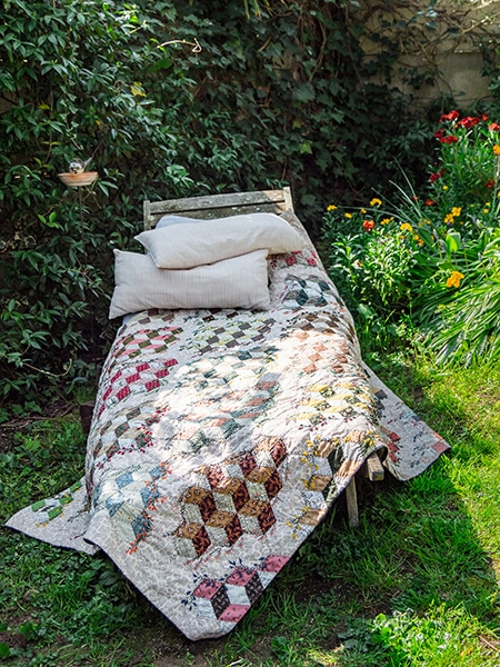 Embroidered-cubes-Claire-Cazali-quilt-patchwork-magazine-simply-vintage-31-June-July-August-2019