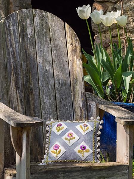 Pick-me-Pillow-Darlene-Sabo-quilt-patchwork-magazine-simply-vintage-31-June-July-August-2019