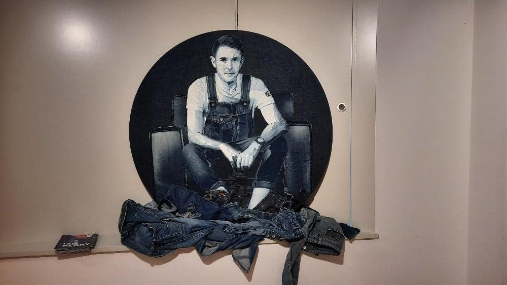 Portrait Ian Berry en jean au musée Levi Strauss